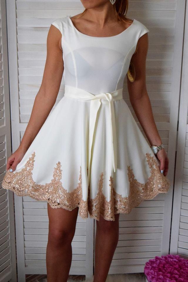 4b7c8f3e8d79 Elegantné šaty so zlatou čipkou a opaskom - biele