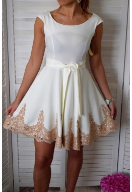 fe4bd7d9fdd5 Elegantné šaty so zlatou čipkou a opaskom - biele
